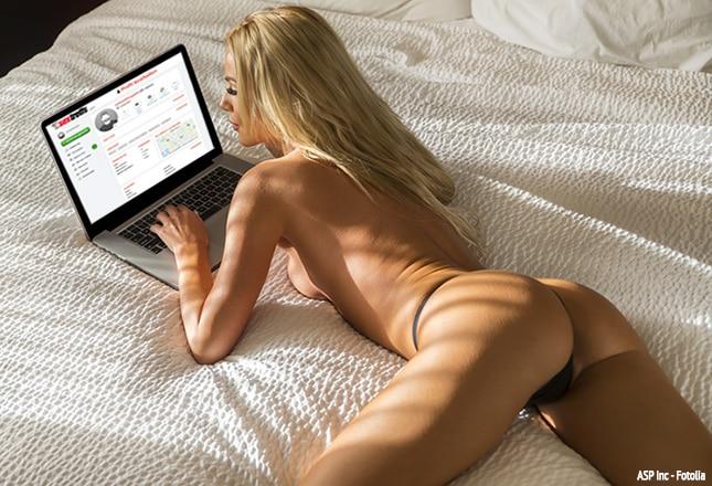 Frau beim Sexdating am Laptop