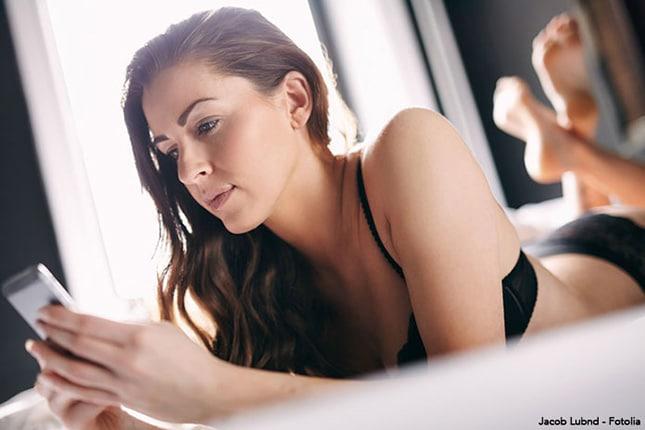 Girl beim Sexdating auf dem Handy