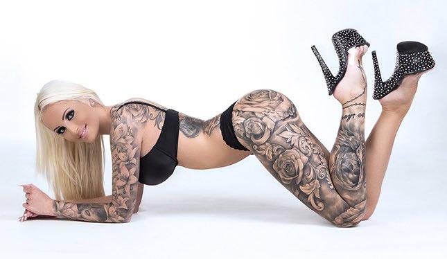 Tight Tini ist eine blonde Pornodarstellerin mit Tattoos