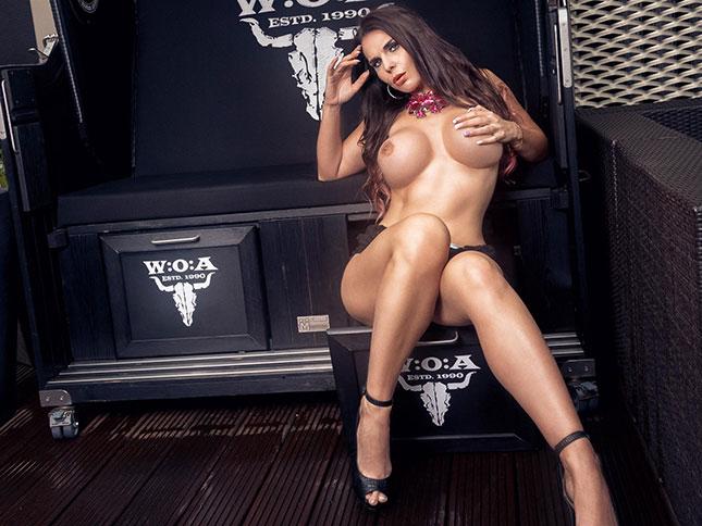 Aische Pervers nackt in High Heels