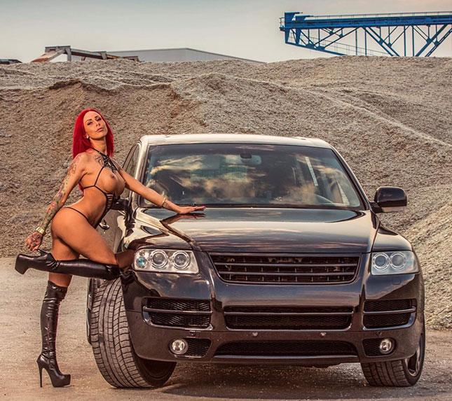 Anni Angel mit ihrem VW Touareg