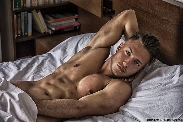 Kerl beim masturbieren im Bett