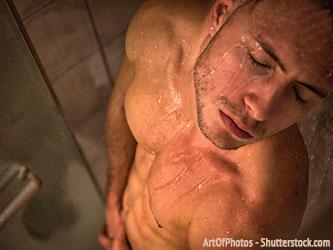 Mann befriedigt sich unter der Dusche