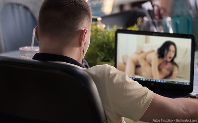Pornos schauen und masturbieren
