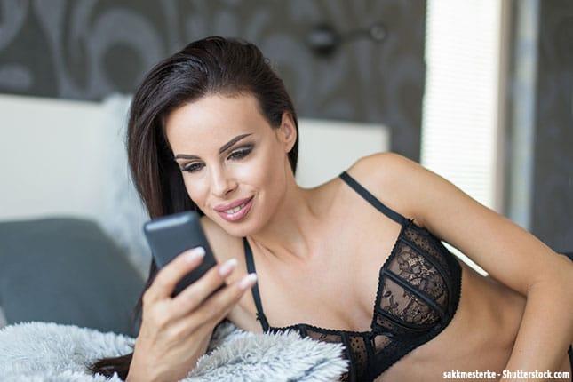 Frau benutzt Sexting App
